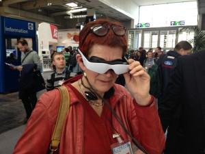 Tag brillen på og den virkelige verden forsvinder. Brillerne måler hovedets bevægelser, så synet flytter med 360 grader rundt. Brillerne bruges også af tandlæger, så folk med tandlægeangst kan glemme, hvor de er.zeiss.com/cinemizer-oled