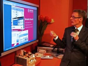 Hasso-Plattner instituttet præsenterede et virkelig spændende søgeprogram Semex, der genkender ansigter og ting på foto samt tekst på foto og desuden genkender søgeordet på flere sprog, desværre kan det ikke købes endnu.www.hpi.uni-potsdam.de/research_school